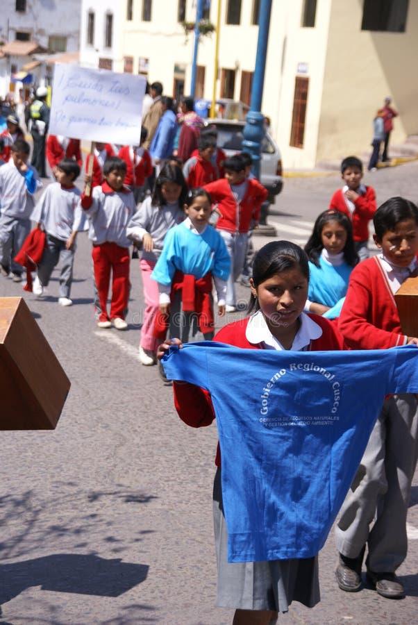 Schulkinder, die Fahnen tragen lizenzfreie stockfotos