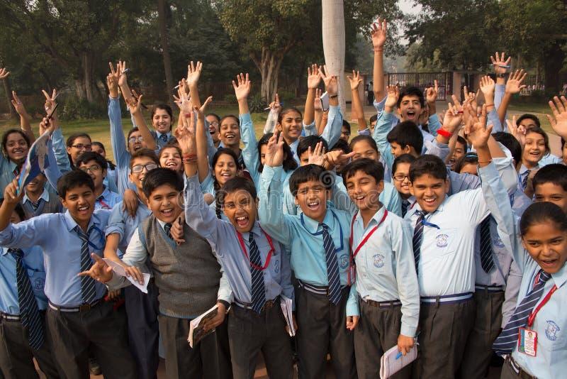 Schulkinder, die Humayuns Grabkomplex in Delhi, Indien besuchen stockfotografie