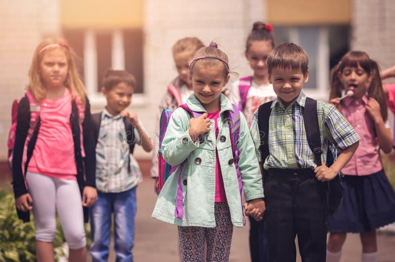 Schulkinder draußen stockbilder