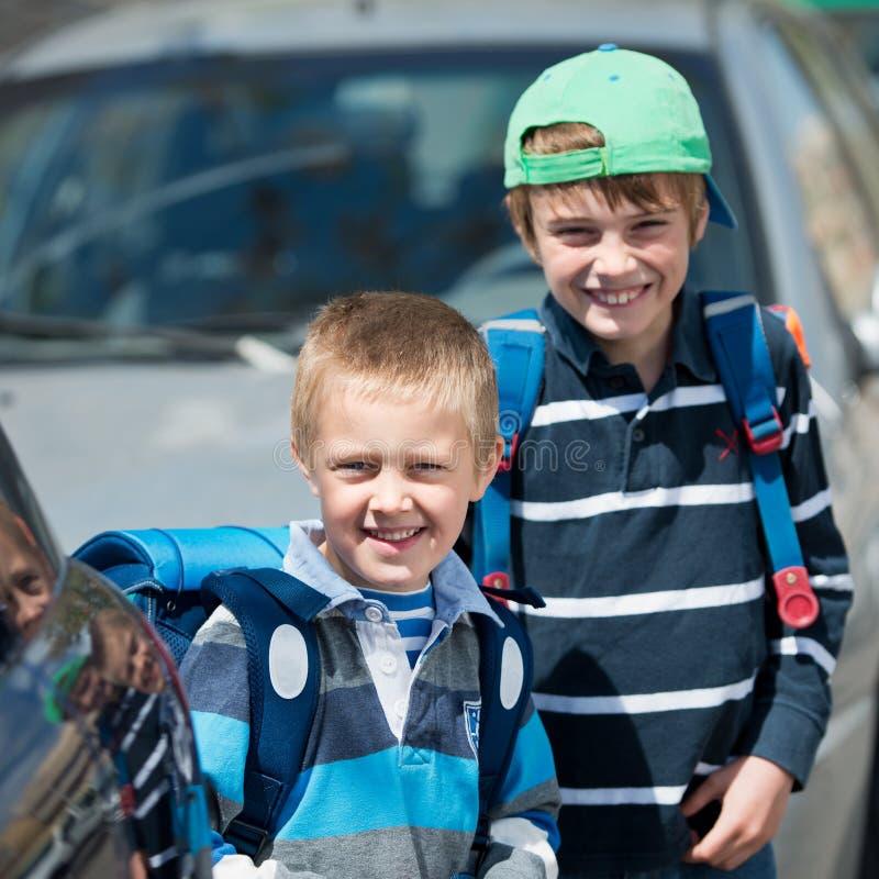 Schulkinder draußen lizenzfreie stockfotografie