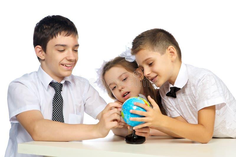 Schulkinder und die Kugel stockfoto