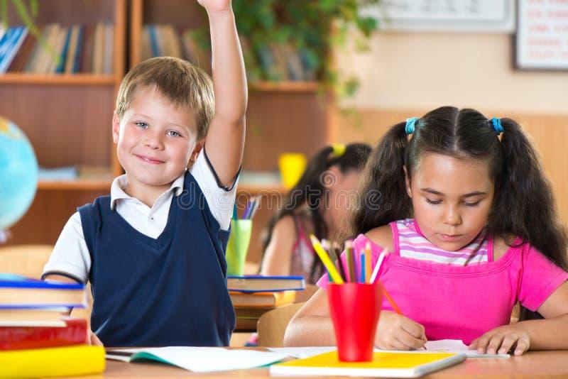 Schulkinder während der Lektion im Klassenzimmer in der Schule lizenzfreie stockbilder