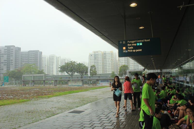 Schulklasse auf Schülertransport in Singapur stockfotos