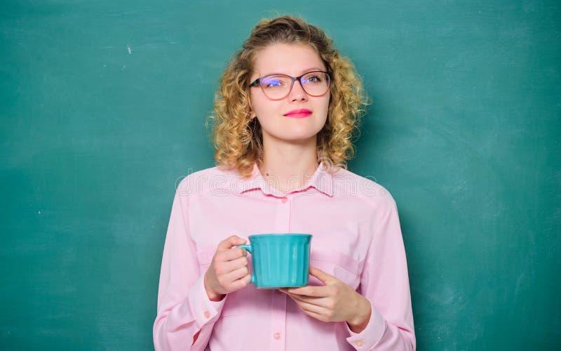 Schullehrerbedarfs-Kaffeepause Idee und Inspiration Guten Morgen Mädchen, das mit Teegetränk erneuert Energie und Stärke stockfoto
