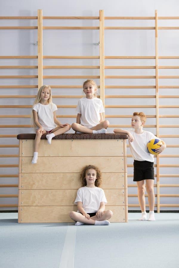 Schulmädchen auf Sprungkasten lizenzfreies stockfoto