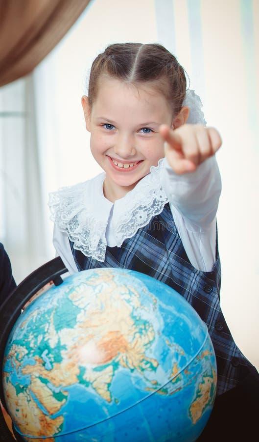 Schulmädchen, das Finger auf uns zeigt stockfotografie