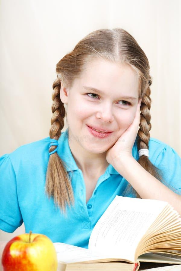 Schulmädchen, das Heimarbeit tut. lizenzfreie stockfotografie