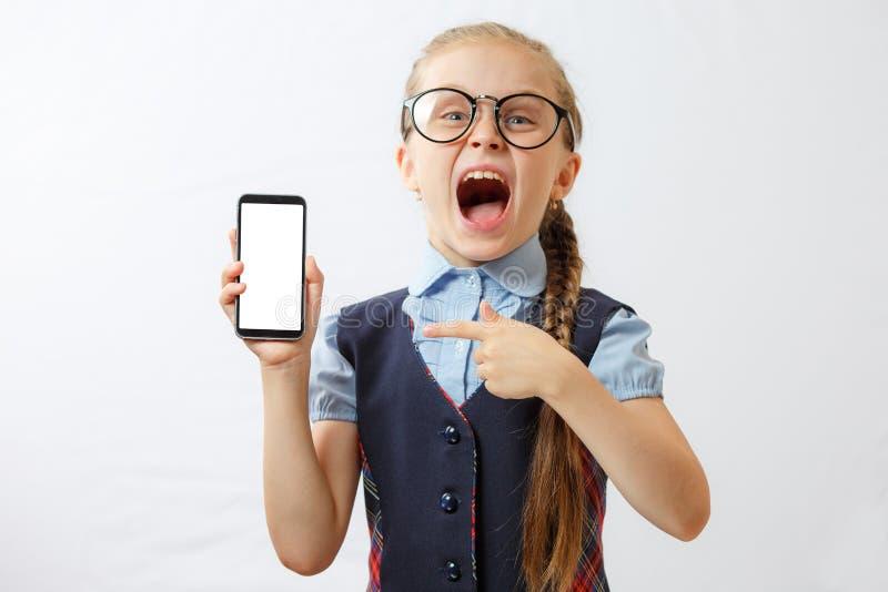 Schulmädchen, das leere weiße Telefonanzeige zeigt Spott oben stockbilder