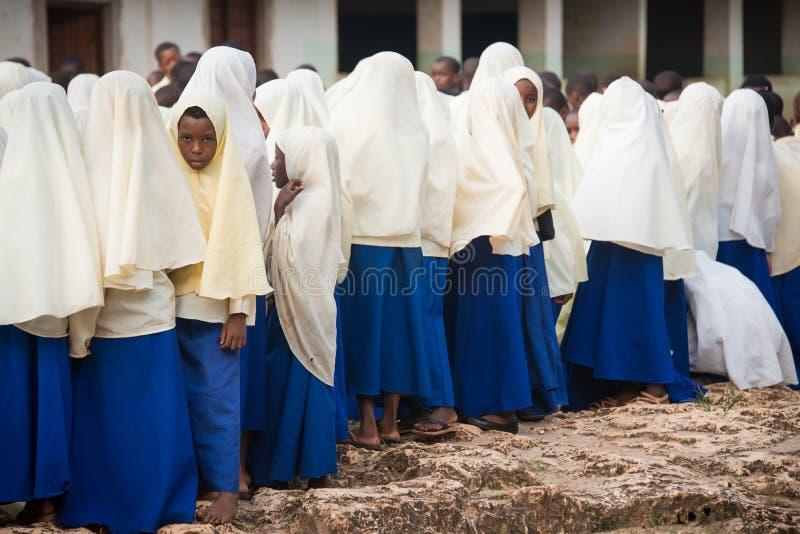 Schulmädchen, die auf einem Schulhof an einem Morgen, Sansibar zusammentreten lizenzfreie stockfotografie