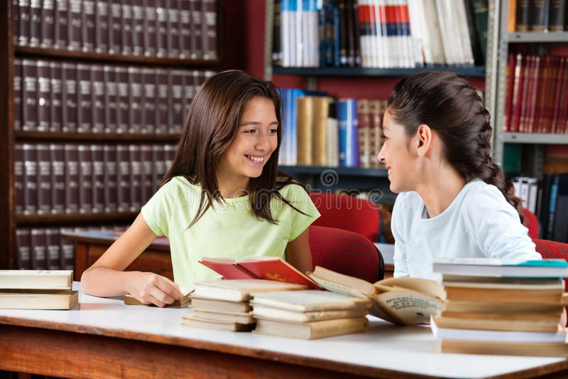 Schulmädchen, die einander betrachten lizenzfreies stockfoto