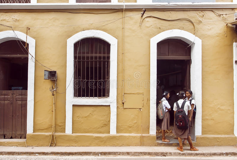 Schulmädchen, die vor altem Schulgebäude in der historischen indischen Stadt sprechen lizenzfreies stockfoto
