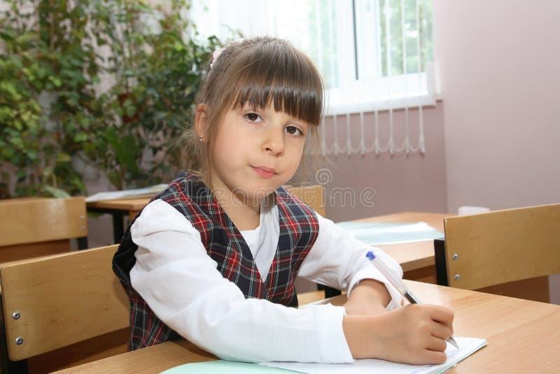 Schulmädchen einer Volksschule stockbild