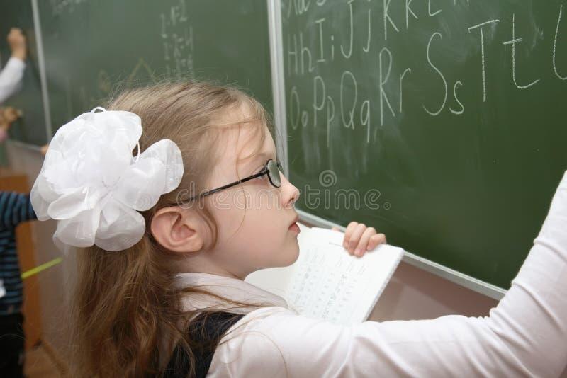Schulmädchen eines grundlegenden Grades lizenzfreies stockbild
