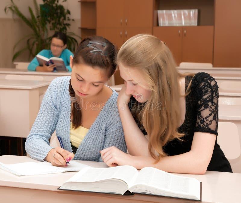 Schulmädchen im Klassenzimmer lizenzfreie stockfotos