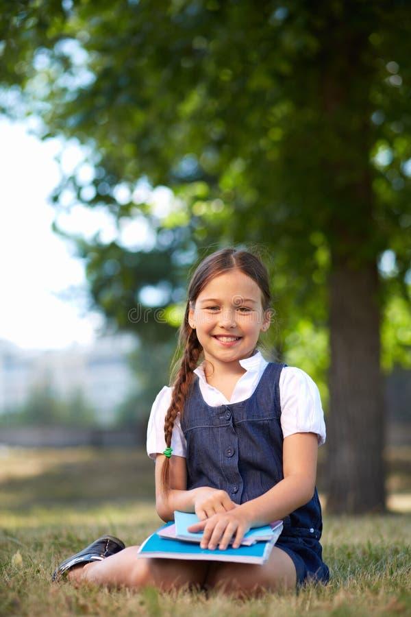 Schulmädchen im Park lizenzfreies stockfoto