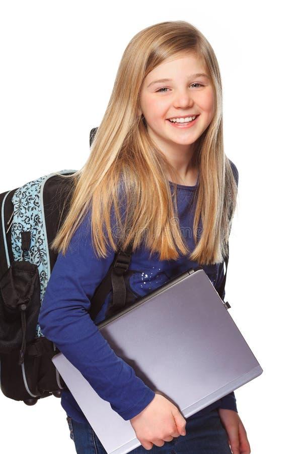 Schulmädchen mit dem Laptoplächeln lizenzfreie stockfotos