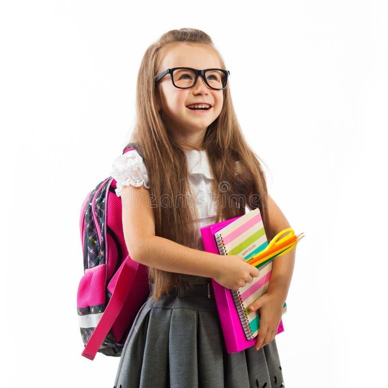 Schulmädchen mit rosa Schultasche beim Glashalten lizenzfreie stockbilder
