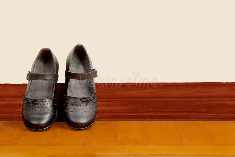 Schulmädchen-Schwarz-Paare Schuhe stockbilder