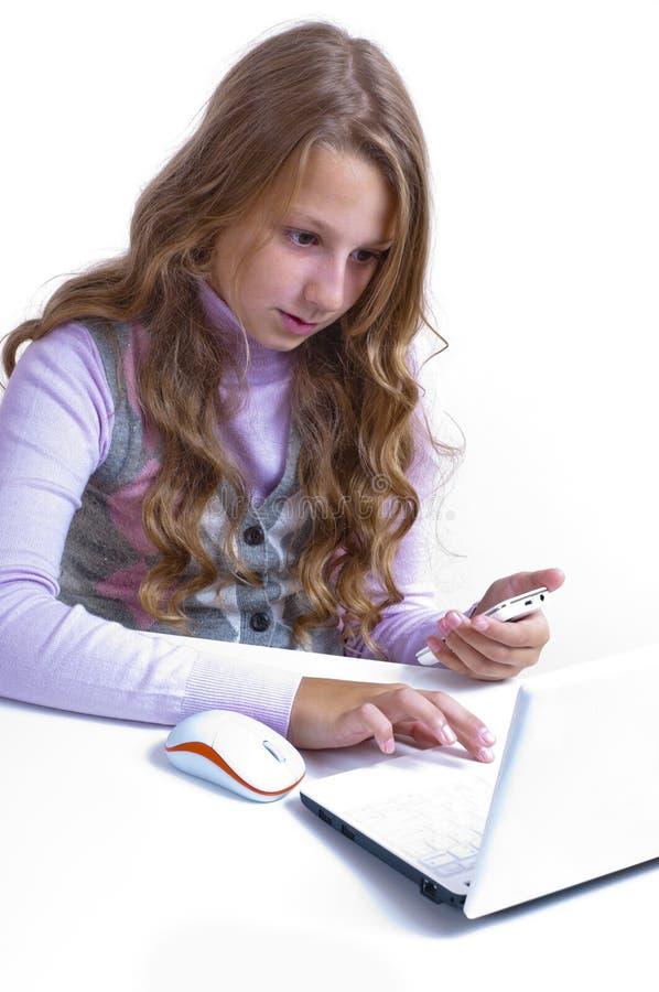 Download Schulmädchen Und Ihr Netbook Stockfoto - Bild von kursteilnehmer, studieren: 26374048
