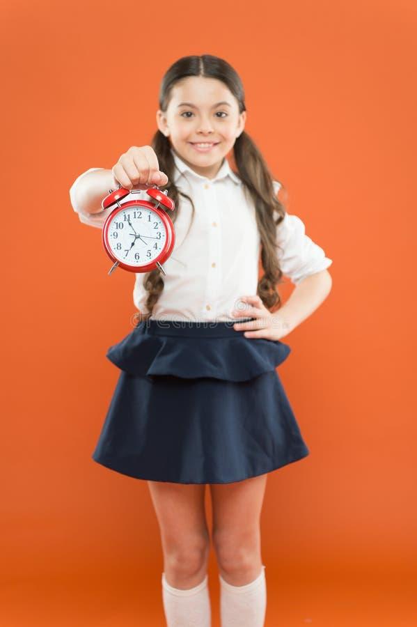 Schulmädchenkinderformaler einheitlicher Griffwecker Zeit zu studieren Klassen fangen an Sich entwickelnde Disziplin Zeit f?r Bru lizenzfreie stockfotografie