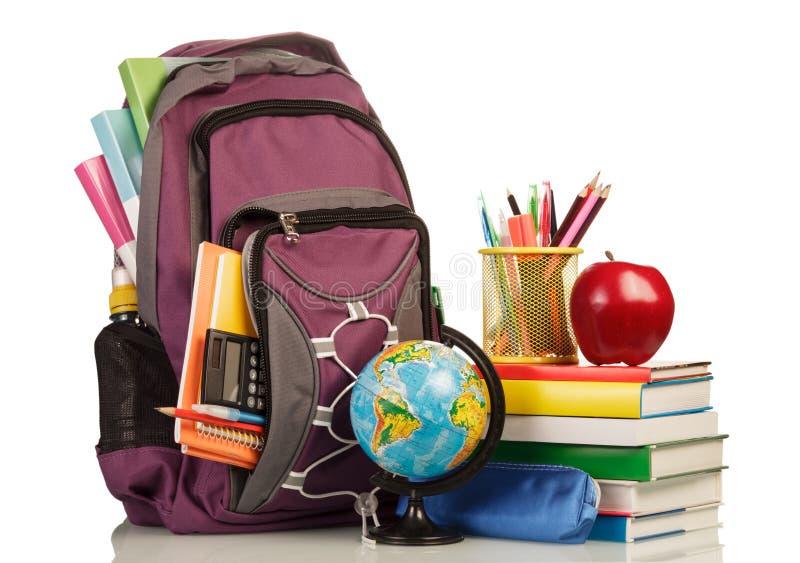 Schulrucksack mit Schulbedarf stockbild