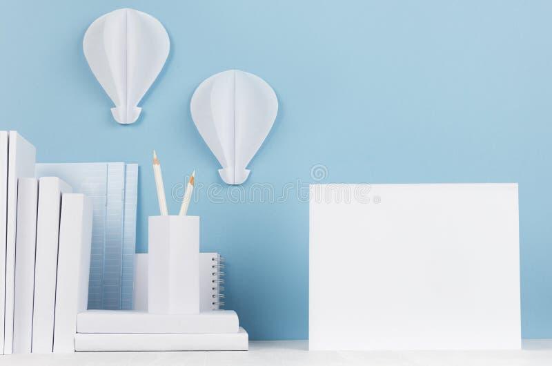 Schulschablone - Weißbüche, Briefpapier, leeres Notizbuch und dekorativer Ballonsorigami auf weißem Schreibtisch und weichem blau lizenzfreies stockfoto