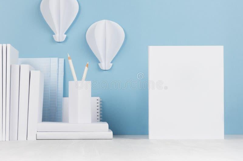 Schulschablone - Weißbüche, Briefpapier, leeres Papier und dekorativer Ballonsorigami auf weißem Schreibtisch und weichem blauem  lizenzfreie stockfotografie