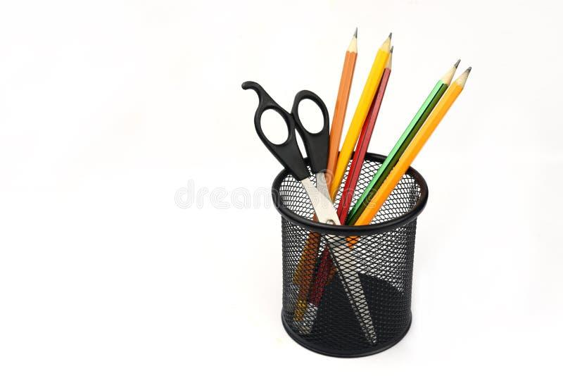 Schulsekretariatsstiftbleistifte und -scheren in einem Stapel des Schwarzen lizenzfreies stockfoto