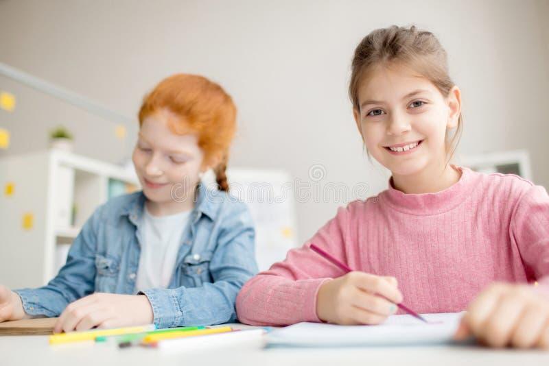 Schulteamwork lizenzfreies stockfoto