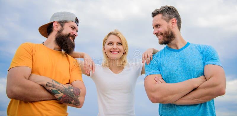 Schulter, auf die Sie bauen können Frau und Männer schauen während der nahe Aufenthalt wie Team überzeugt Gefühl bequem lizenzfreie stockfotos