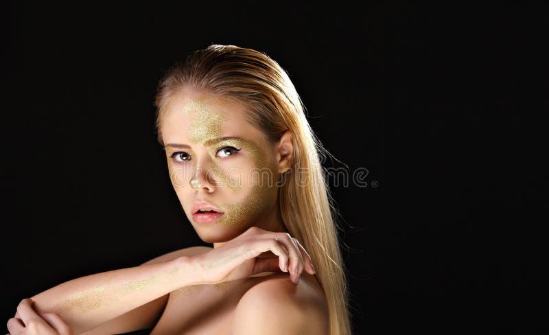 Schulterfreie Blondine mit Goldenem bilden stockfoto