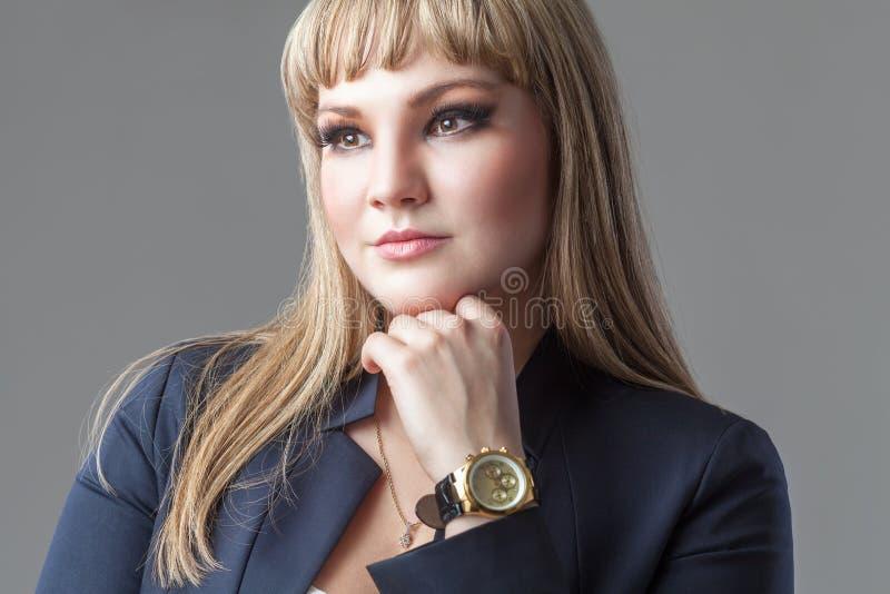 Schultern Sie das Porträt der jungen Geschäftsfrau und einen Anzug tragen lizenzfreie stockfotografie