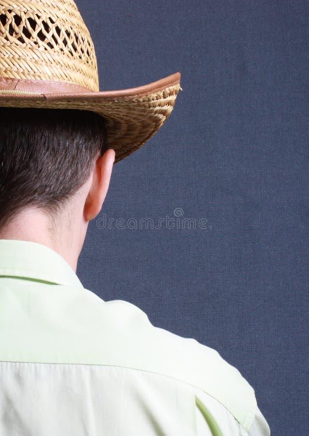 Schultern Sie Porträt eines Mannes, der mit seinem zurück zu der Kamera steht lizenzfreies stockfoto
