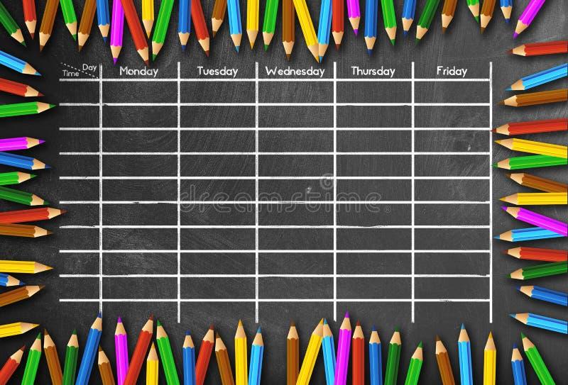 Schulzeitplan oder Stundenplanschablone auf der Tafel gestaltet durch farbige Bleistifte lizenzfreies stockbild