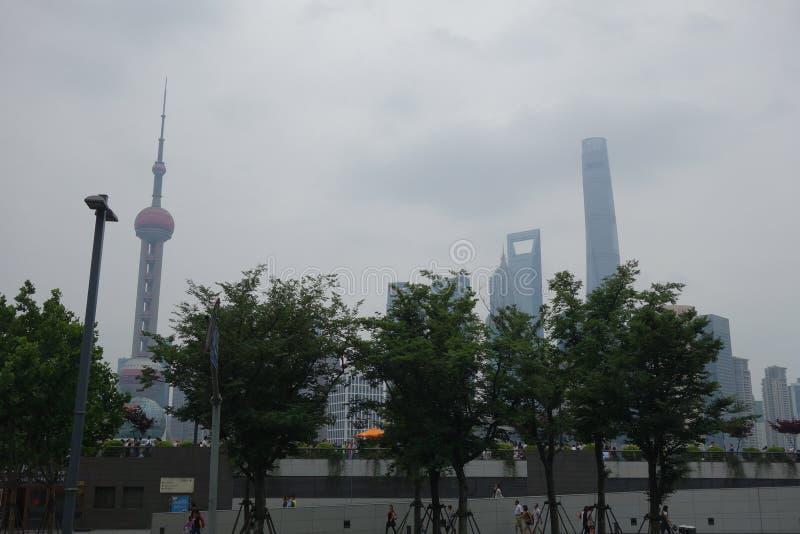 Schuss der langen Strecke von Shanghai mit Wolkenkratzern mit Smog und Staub stockbild