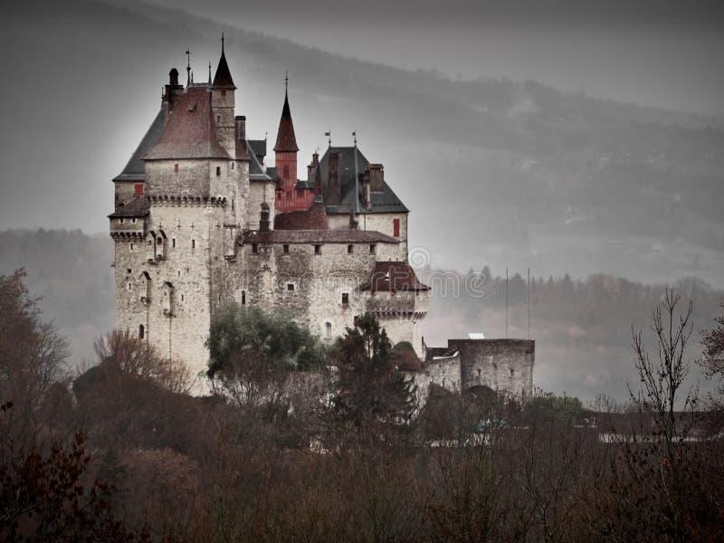 Schuss des Chateaus Menthon Bernhardiner, ein historisches Schloss nahe Annecy lizenzfreie stockbilder