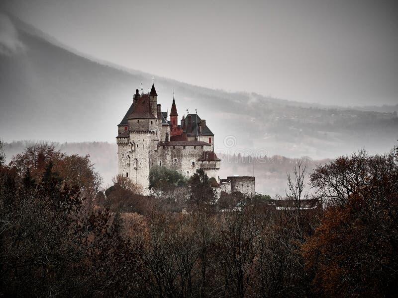 Schuss des Chateaus Menthon Bernhardiner, ein historisches Schloss nahe Annecy lizenzfreies stockbild
