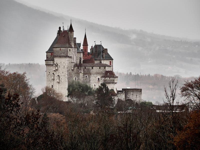 Schuss des Chateaus Menthon Bernhardiner, ein historisches Schloss nahe Annecy lizenzfreies stockfoto