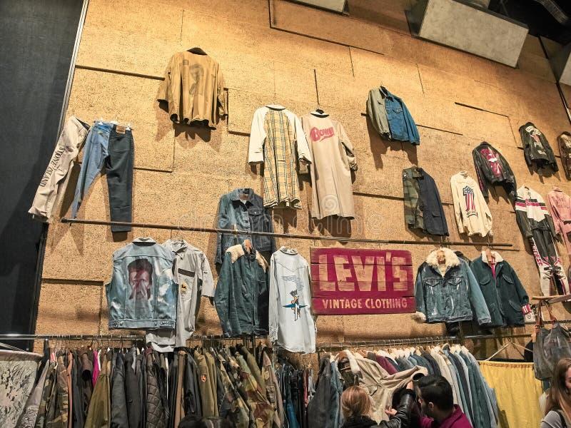 Schuss einer Wand der Kleider auf einem Stand stockfotos