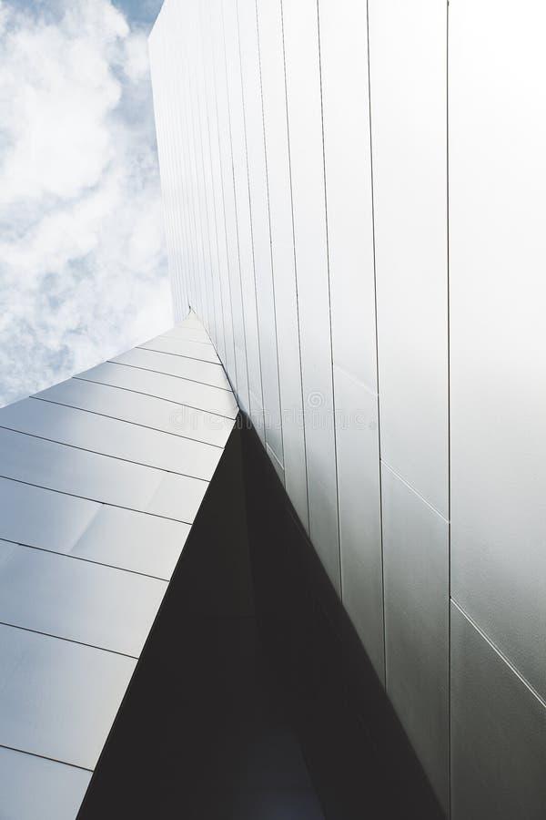 Schuss herauf Seite des Gebäudes und des bewölkten Himmels stockbild