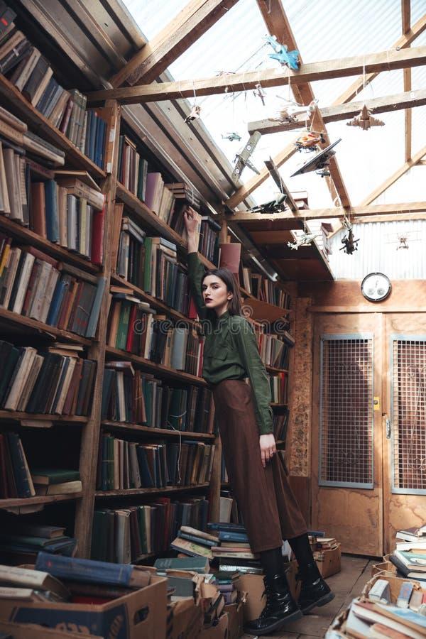 Schuss in voller Länge der jungen Frau in der Bibliothek stockfoto