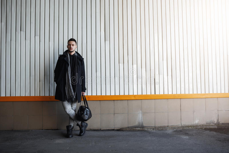 Schuss in voller Länge des stilvollen Fallblickes des Mannes in Mode stockfoto