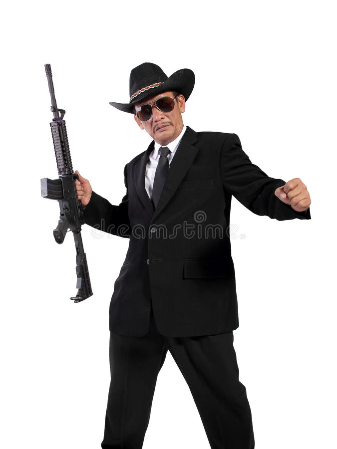 Schuss in voller Länge eines Gangsters im schwarzen Anzug lizenzfreie stockbilder