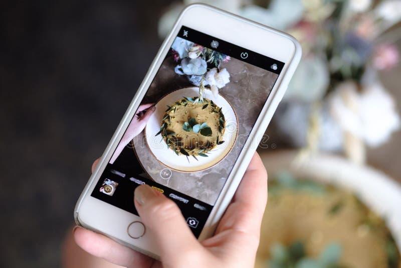Schuss von den weiblichen Händen, die ein Foto der Nahrung, junges Hippie-Mädchen macht ein Foto von der geschmackvollen Nahrung  stockbild