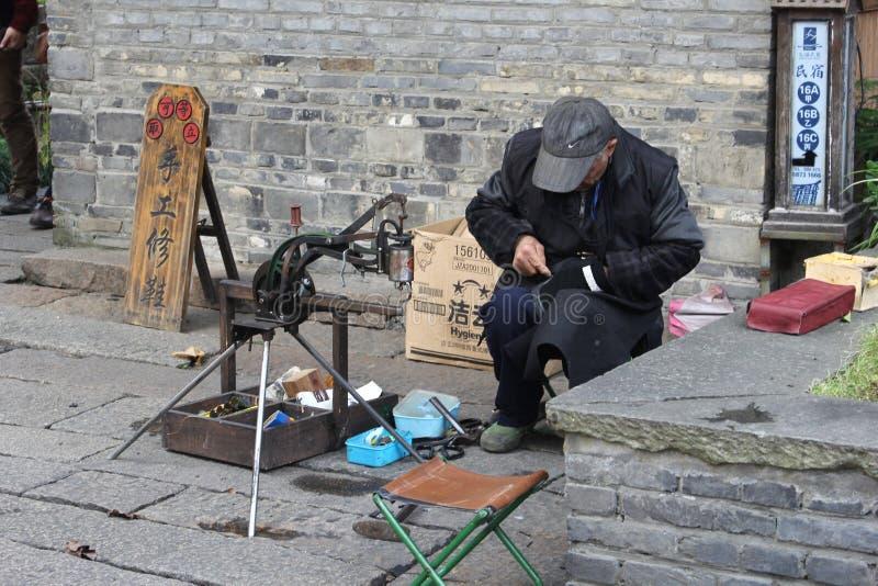 Schuster bei der Arbeit in der Wasserstadt Wuzhen, China stockfotos