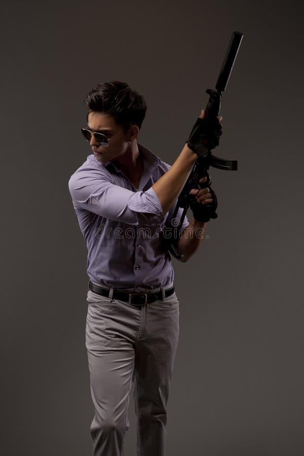 Schutter met automatisch geweer royalty-vrije stock afbeeldingen