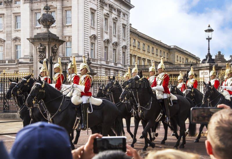 Schutz auf den Pferden am Buckingham Palace während des traditionellen Änderns der Schutzzeremonie London Vereinigtes Königreich stockfotos