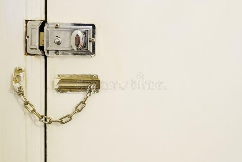 Schutz der hohen Sicherheit des Türschlosses und der Kette Hausausgangsan den inländischen Einbruchräubern stockfotografie