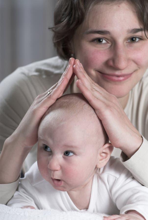 Download Schutz des Mutter stockbild. Bild von obacht, lügen, liebe - 9090323