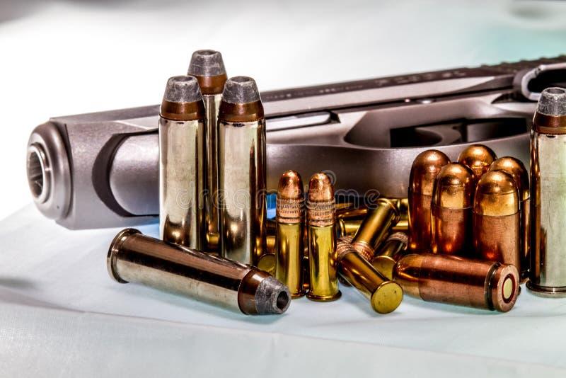 Schutz: Moderne automatische Waffe und Munition stockbilder